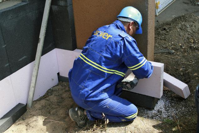 Soklové izolační desky s nízkou nasákavostí a vysokou odolností proti průrazu pro tepelné izolace stěn v místech se zvýšeným namáháním vlhkostí (ISOVER)