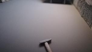 Častou příčnou špatně provedené podlahy, která vrže, prohýbá se, nebo se dokonce deformuje či odlepí, bývá nerovný podklad, na který se aplikuje finální nášlapná vrstva