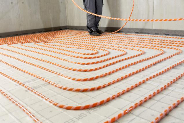 Systém RAUTHERM SPEED s oranžovou trubkou (zdroj: REHAU)