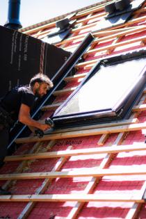 V projektu se uplatnilo i střešní okno VELUX na solární pohon (zdroj: VELUX)