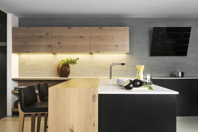 Originální pojetí kuchyně Comfort/Line vzniklo kombinací laku arustikální dřeviny. Struktura dubu, suky anepravidelný povrch spolu sčernou plochou podtrhne souznění dvou zdánlivě nesourodých materiálů, www.hanak-nabytek.cz
