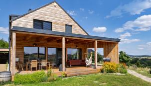 K nejoblíbenějším částem domu patří velká krytá terasa, využívaná jako venkovní obývací pokoj. Zajímavým prvkem je šikmá boční stěna s průchodem. Tvoří ochranu před sluncem a větrem, ale nebrání výhledu (foto: Jakub Moravec)