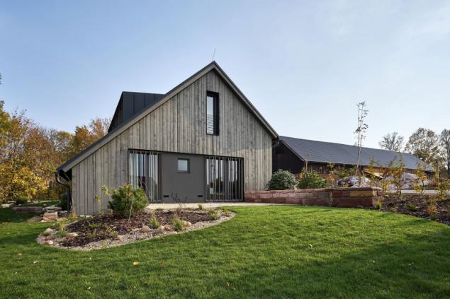 Ložnicová část domu (na místě bývalé stodoly) byla nově vyzděna a opatřena větraným dřevěným obkladem. Od původní zděné obytné části se odlišuje moderním designem. Francouzská okna chrání na míru vyrobené posuvné svislé dřevěné žaluzie v ocelovém rámu antracitové barvy