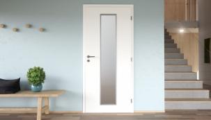 Bílé dveře CLARA MASONITE s 3vrstvým HQ lakem (typ Linea) se satinovaným skleněným pruhem uprostřed dveří v bílém rámečku (variantně v černém nebo hliníkovém)