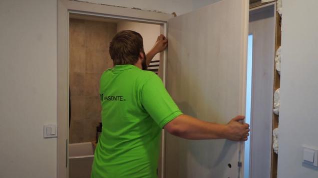 Dalším krokem je osazení dveřního křídla na panty, které se vkládají do nosné obložky. Otvory pro umístění pantů jsou někdy výrobcem již předpřipraveny (např. MASONITE). Pokud je třeba, je možné vložit podložky mezi panty a upravit tak výšku dveří