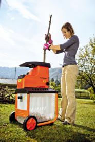 Štěpkovač Patriot PS 2800 naseká větve na štěpky, s nimiž můžete například zatopit v krbových kamnech. Oceníte u něj tichý chod a komfortní ovládání s chytrou bezpečnostní pojistkou. Odolný řezný kotouč zpracovává větve o průměru až 45 mm (zdroj: Mountfield)