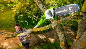 S AKU prořezávačem větví Greenworks G40 PS20 40V pohodlně dosáhnete do koruny stromu. Motor vyvažuje baterie na konci spojovací tyče, takže se s prořezávačem dobře pracuje. Komfort při práci zabezpečuje také pohodlná opěrka předloktí, beznářaďové napínání a automatické mazání řetězu (zdroj: Mountfield)