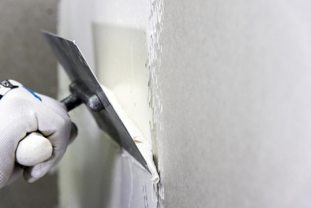Při stavbě nových nebo při rekonstrukcích starších rodinných domů se pracuje srůznými materiály a snahou většiny stavebníků je, aby povrch stěn a stropů byl jednotný (zdroj: Knauf)