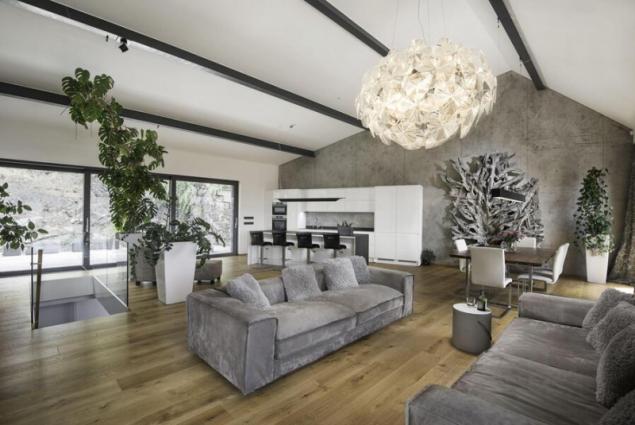 Jestliže hledáte čistou, moderní a nadčasovou krásu v té nejvyšší kvalitě, pak pro vás bude ideálním povrchem Imitace betonu®. Tento povrch dodá neopakovatelnou atmosféru jak moderním, dynamických interiérům tak klasičtěji pojatým prostorám. Imitace betonu® přináší jedinečný, moderně nadčasový vzhled hladkého betonu a ponechá možnost vyniknout zvoleným doplňkům (zdroj: Němec)