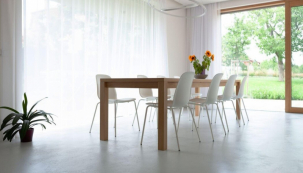 Výjimečně krásný rodinný dům, kde se snoubí minimalismus s jistým nádechem romantiky. Zajímavý pohled na jednolitý povrch tvořený stěrkou Betonepox®, který se prolíná obytným prostorem, schodištěm i velkorysou koupelnou a ložnicí (zdroj: Němec)