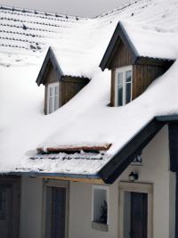 Zejména v horských oblastech se osvědčuje sněholam s kulatinou. Prvky zabraňující padání návějí sněhu ale čas od času oceníme i v nížinách (HPI-CZ)