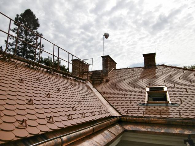 Střecha, jak má být: nechybí protisněhové, bezpečnostní ani odvodňovací prvky (HPI-CZ)