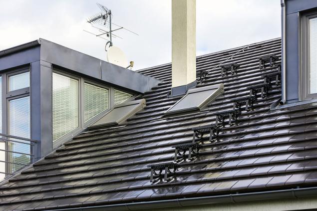 Výlez na střechu je přesně podle předpisů hned u komína (obě střechy TONDACH)