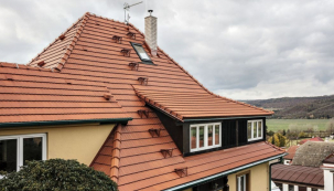 """Střecha kromě své prioritní funkce představuje základnu a """"nosič"""" mnoha speciálních doplňků a příslušenství, sloužících k bezpečnému provozu a k údržbě domu jako celku"""