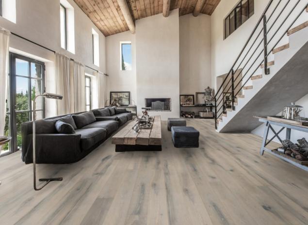Dřevěná podlaha Kährs v obývacím pokoji - tmavě šedá (zdroj: KPP)