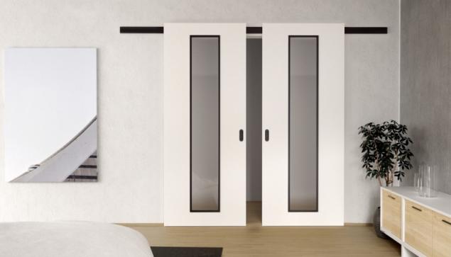 Černý hliníkový posuvný systém se dvěma křídly bílých dveří CLARA MASONITE s 3vrstvým HQ lakem, typ Linea s černým kováním a rámečky prosklení (zdroj: MASONITE)