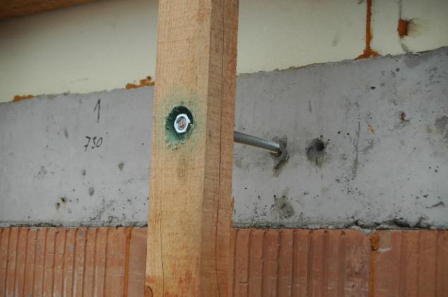 Foto 3a - Možný příklad držáků nosných roštů (zdroj: HELUZ)