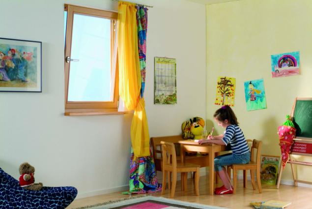 Existuje několik způsobů větrání. Rychlý způsob, který bychom měli používat každé ráno a večer, je na několik minut otevřít okno dokořán a spomocí průvanu vyměnit vzduch vmístnosti (zdroj: DAFE-PLAST)