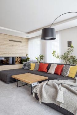 V obývacím pokoji nechybí ani krb na dřevo, který je integrovaný ve stěně s kamenným obkladem