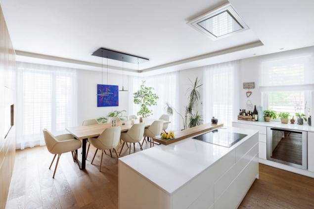 V bytě je všechen nábytek vyrobený na míru, včetně kuchyně. Světla v kuchyni i obývacím pokoji jsou zabudovaná do stropů