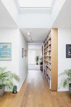 Byt je jednoduše členěný, chrání ho venkovní stínění a prostupují jím světlíky i chytré technologie
