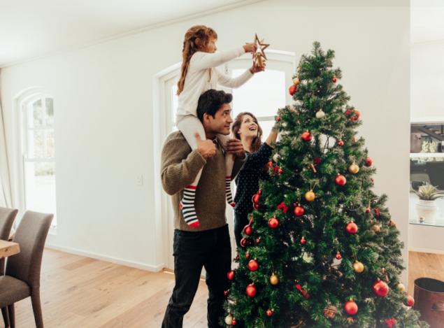Rodina u vánočního stromečku (zdroj: Shutterstock)