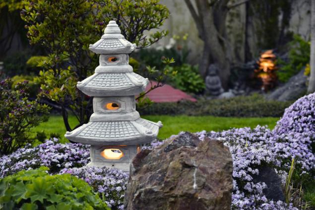 Zakázková výroba nevšedního dekorativního osvětlení v podobě japonské lampy. Orientální zahradní prvky jsou dnes oblíbeny u mnoha majitelů zahrad