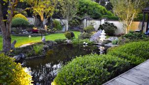 Světelné efekty dotvářejí příjemnou atmosféru ve večerní zahradě. Smyslem je zvýraznit zajímavé detaily a prokreslit strukturu zahrady