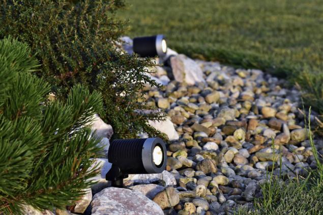Zahradní LED reflektor Arcus slouží k vytvoření světelných akcentů v zahradě, což je efektní nejen v létě, ale také v zimě (www.led-zahrada.cz)
