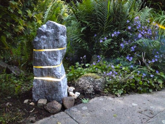 Svítící kámen – solitérní zahradní světelný objekt vyrobený z přírodního lomového kamene kombinovaného s vrstvami skla