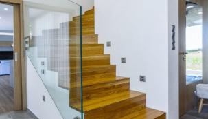 Schodiště je ve vícepodlažním domě nejen spojovacím článkem jednotlivých podlaží, ale při správném architektonickém návrhu domu a promyšleném výběru typu, tvaru, materiálu a provedení se schodiště stává dominantním prvkem celého interiéru