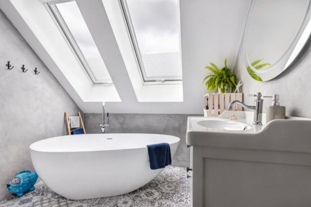 V koupelně nás zaujala kamenná vana z bílé žuly – pán domu prý nikdy nezapomene, jak stopadesátikilový kolos stěhovali v pěti lidech nahoru