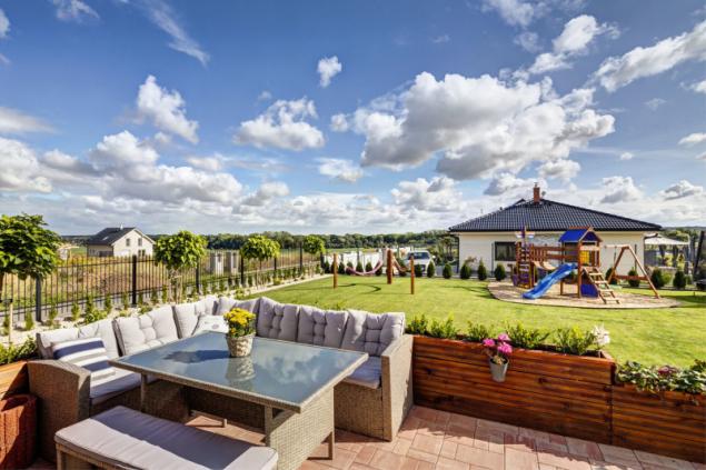 Zahrada je řešena jako odpočinkový prostor s převahou trávníkové plochy. Venkovní domeček pro děti se skluzavkou a houpačkou koupili majitelé v Německu