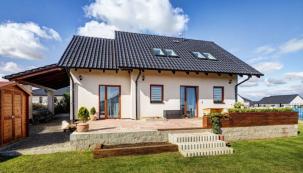 Dvoupodlažní dům byl pečlivě navržen, na první pohled je zřejmé, že tvůrci projektu přemýšleli o každém detailu. Exteriér s prostornou terasou slouží pro venkovní relax