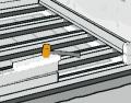 Před dalším pracovnímkrokemje velmi důležité, aby podélné a příčné nosníky vzájemně svíraly pravý úhel. Za tímto účelem změřte měřicím pásmem úhlopříčky a nosníky srovnejte. Tak zajistíte bázi pro výstavbu rovných stěn. Pro ukládání fošen na sebe použijte montážní dřevo. Drážky fošen se tak při zatloukání nepoškodí