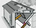 Pro izolaci střechy můžete použít například asfaltový šindel. Vystupte po žebříku do výše střechy a začněte na venkovní část připevňovat šindele pomocí hřebíků. Přesahující pásy šindele lze snadno uříznout odlamovacím nožem nebo nožem na koberec. Postupujte po jednotlivých pruzích směrem nahoru až k hřebenu střechy. Pokládka poslední řady – pro utěsnění hřebene doporučujeme seříznout druhy šindele tak, aby bylo možné jejich přesné sesazení