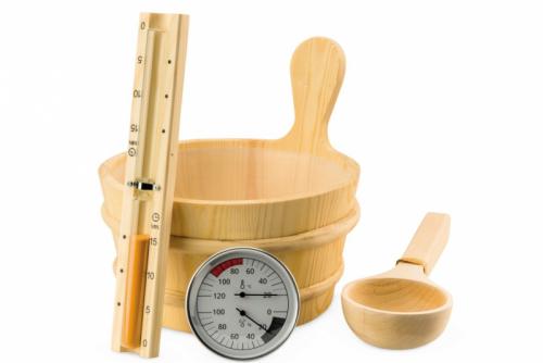 V saunovacím setu naleznete vše potřebné pro nastartování vašich saunovacích radovánek. Set obsahuje teploměr, vlhkoměr, přesýpací hodiny, naběračku a 3l vědro (zdroj: Mountfield)