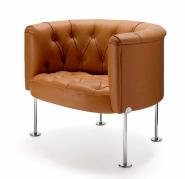 Klubové křeslo Haussmann 310 (design Trix & Robert Haussmann, vyrábí WALTER KNOLL) navržené v roce 1962 vyniká kvalitou řemeslné výroby, stejně jako veškerému nábytku Chesterfield mu nechybí charakteristický diamantový vzor čalounění, cena na dotaz (STOPKA)