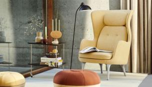 Křeslo z kolekce RO (design Jaime Hayon, vyrábí FRITZ HANSEN) doslova vybízí užít si chvilku pro sebe, základna z leštěného hliníku nebo masivního dubového dřeva, výběr čalounění, cena 80 890 Kč (DESIGNVILLE)