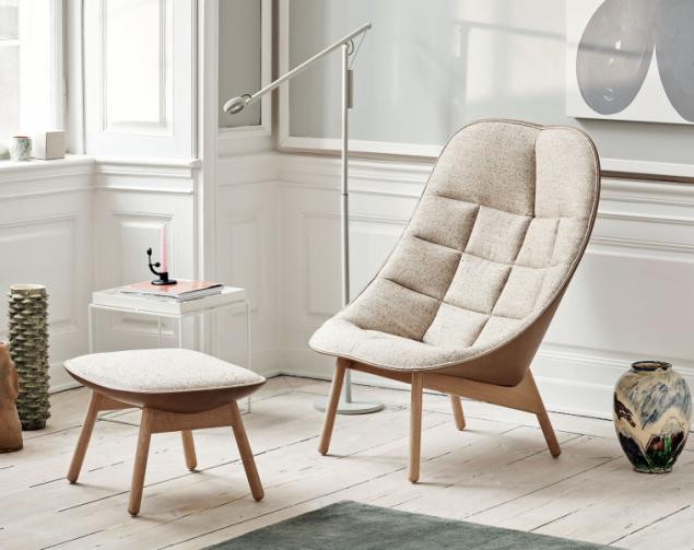 Křeslo Uchiwa (design Doshi Levien, vyrábí HAY) inspirované tvarem tradičních japonských vějířů, základna z masivního dřeva, prošívané čalounění doslova vybízí k lenošení, cena od 38 440 Kč (CULT DESIGN)