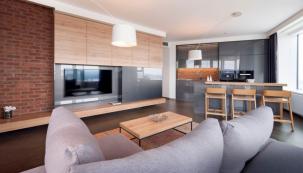 V bytě je nainstalované inteligentní ovládání osvětlení, chlazení a závěsů, které je možné naprogramovat a případně ovládat přes aplikaci v mobilu či tabletu