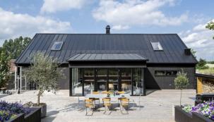 Systém Lindab SolarRoof v sobě spojuje funkčnost, eleganci a přidanou hodnotu. Kombinuje Lindab krytiny z vysoce kvalitního plechu v původně skandinávském stylu s účinnými integrovanými solárními panely (LINDAB)