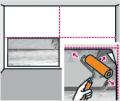7. krok: Tlakovým válcem přitiskněte fototapetu ke zdi od středu k okrajům a pečlivě se zbavte vzduchových bublin. Krajní fototapetu nalepte na zeď celou, přímo na zdi přitlačte pravítkem na hranu zdi a seřízněte zalamovacím nožem. Vyhnete se tak nepřesnostem u nepravidelných zdí atp.