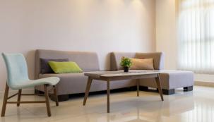 Zásadním prvkem každého obývacího pokoje je bezpochyby dostatečně velká a pohodlná sedací souprava
