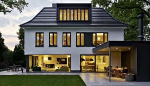 Okenní systémy vytvářejí kontrast mezi vertikálně členěnými dvoukřídlými okny, které se opakují na všech podlažích, a čistou horizontální linií prosklených ploch, které v přízemí otevírají výhled do zahrady na výšku celého patra