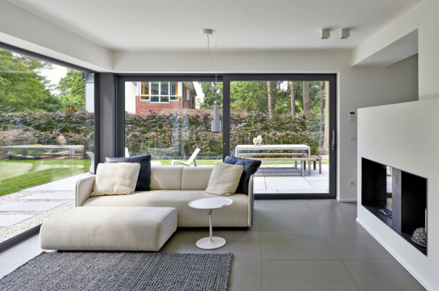 Neotvíravá prosklená stěna o ploše bezmála 13 m2 téměř dokonale odstraňuje vizuální hranici mezi obytným prostorem a zahradou (Schüco AWS 75. SI)