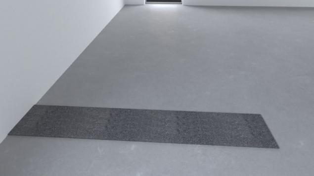 Na podlahu se položí těžký asfaltový pás tloušťky minimálně 3,5 mm. Pás je širší než budoucí stěna přibližně o 50 mm na každou stranu od líce neomítnuté stěny proto, aby nedošlo k propojení omítky s podlahou