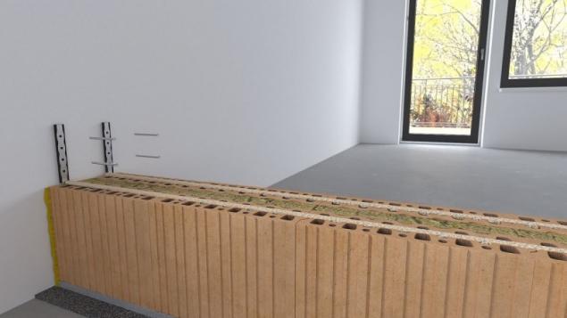 Do každé druhé ložné spáry se použijí dvě nerezové kotvy podlepené pěnovou páskou pro připevnění ke stávajícím stěnám. Při vkládání kotev do ložné spáry je třeba cihelné tvarovky mírně zbrousit – vytvořit drážku pro kotvu, aby nedošlo k rozevření ložné spáry. Kotva se ke stávající stěně připevní pomocí hmoždinky popř. samořezným šroubem