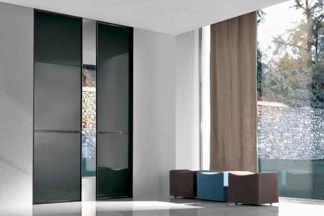 Celoskleněné dveře Wave z designového skla Matelux Dark Grey skvěle ladí s barevným pojetím celého interiéru v italském rodinném domě (FRATELLI LONGHI, ©AGC Glass Europe)
