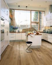 Kolekce dřevěných podlah Lux a Lumen švédské značky Kährs v ultra matném laku budí dojem, že je krytina vyrobena z neošetřeného, surového dřeva. Ultra matný povrch totiž efektivně pohlcuje světelné paprsky, neodráží lesk a nechává tak vyniknout krásu barevného odstínu a přirozeného vzhledu podlahy. Kolekce Lux a Lume mají shodné dekory, které se liší jen v počtu lamel. Kolekce Lux je 1-lamelová, kolekce Lumen dvou a tří lamelová (zdroj: KPP)